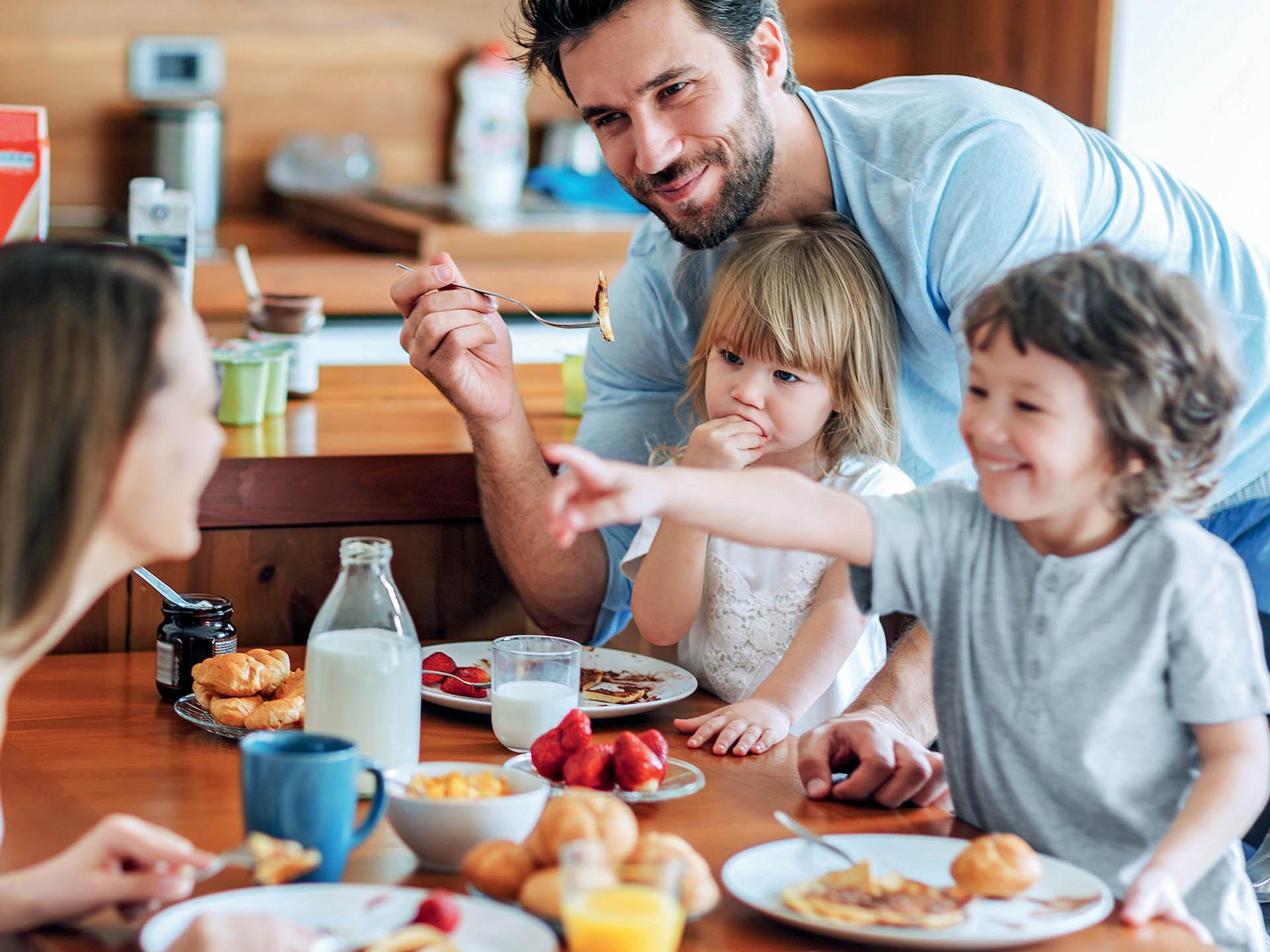family eating breakfast - HD1200×900